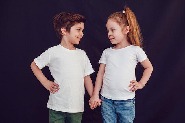 Tシャツの男の子女の子