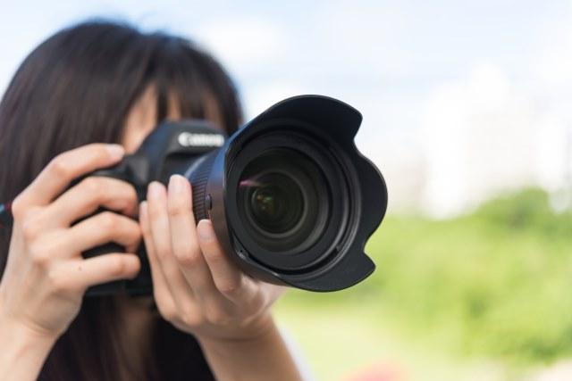 出張撮影をするカメラマン