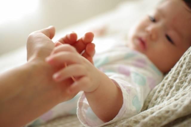 ママの手と赤ちゃん