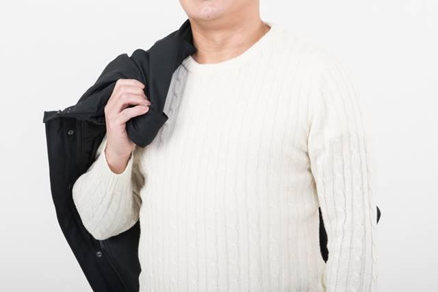 重ね着の男性
