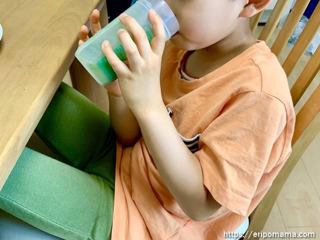 青汁グリーンミルクを飲む6歳児