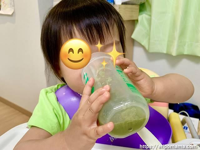青汁グリーンミルクを飲む1歳児